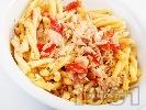 Рецепта Паста (макарони) с риба сьомга и домати